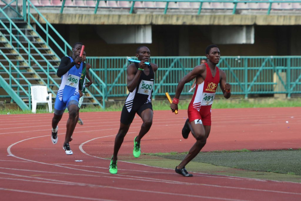 Saheed Jimoh (in red) slightly ahead of Rotji Gonap in the 4x400m relay at the 2015 Top Sprinter